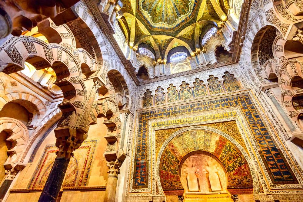Prunkvolles Gebäude mit orientalischen sowie christlichen Ornamenten.
