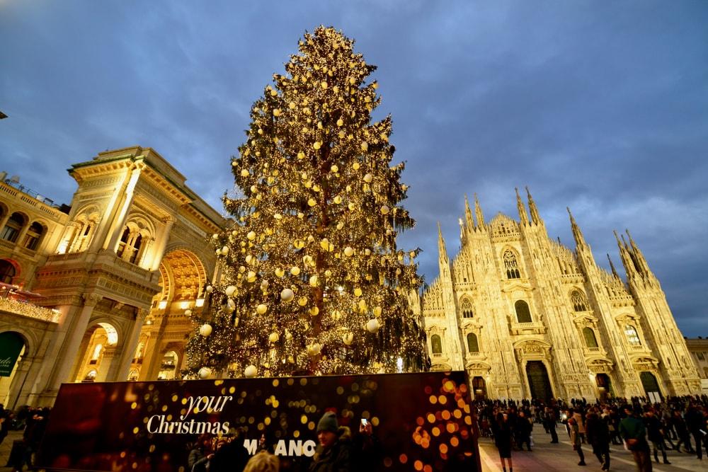 Weihnachtsbaum in Mailand vor dem Dom