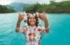Frau mit Blumenkette vor einem See, Wilkommen in Tahiti