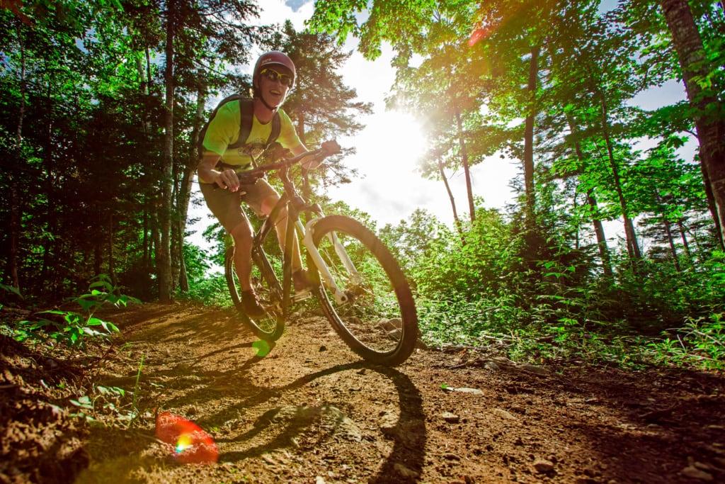 Outdoor-Aktivitäten in Maine: Mountainbiker im Carrabesesett Valley