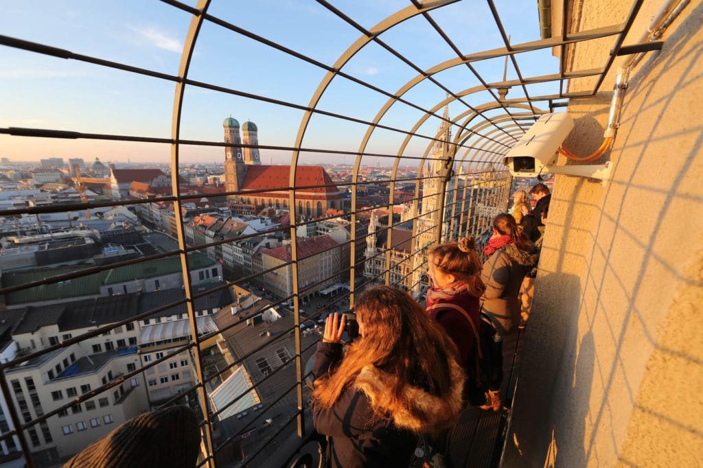 Vom Turm des Alten Peters aus hat man die beste Aussicht über das alte und neue Rathaus von München!