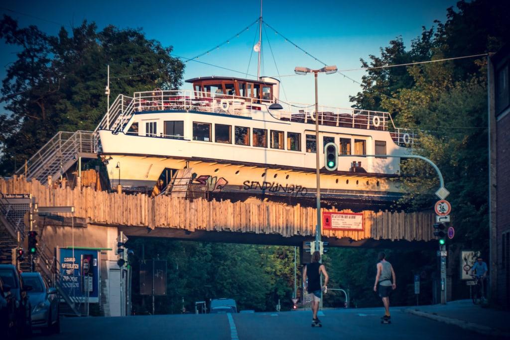 Die Alte Utting hat ihren letzten Anker auf einer Eisenbahnbrücke in Sendling gefunden.