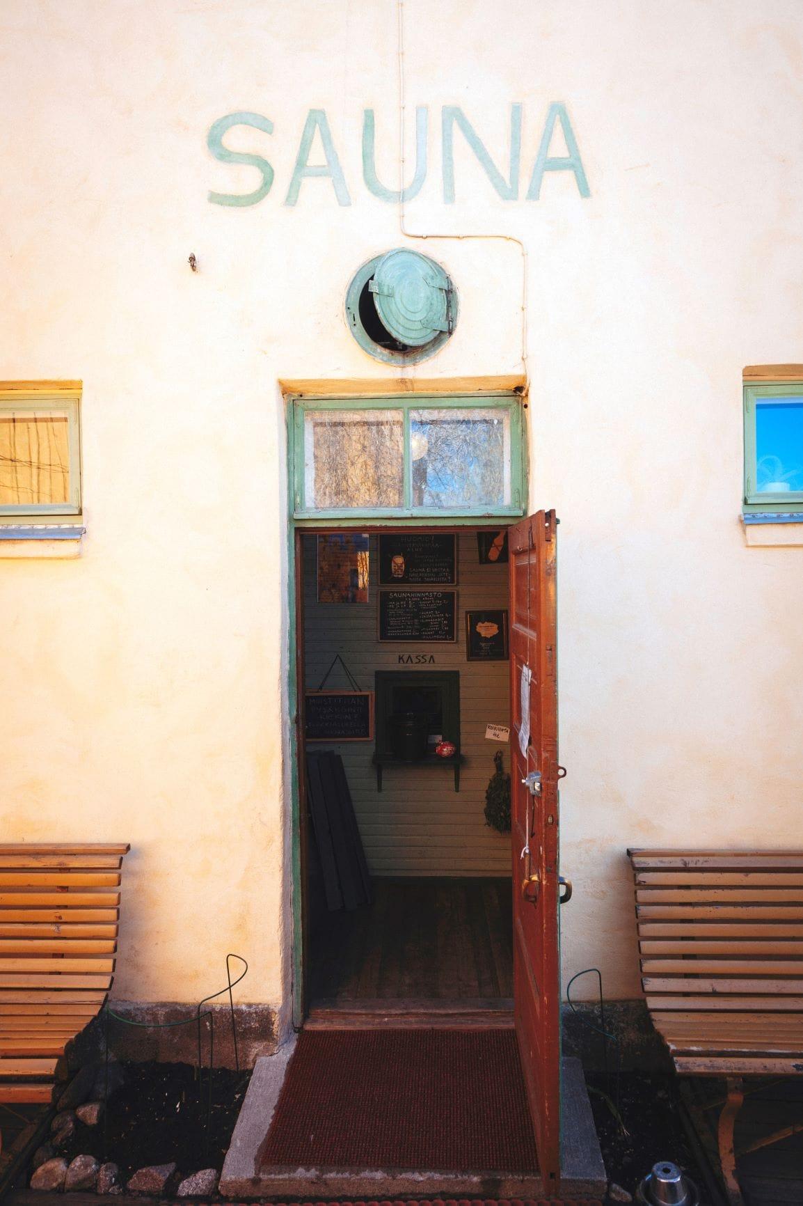Eingang der Rajaportti Sauna in Finnland