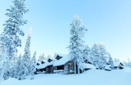 Blockhütte in verschneiter Winterlandschaft