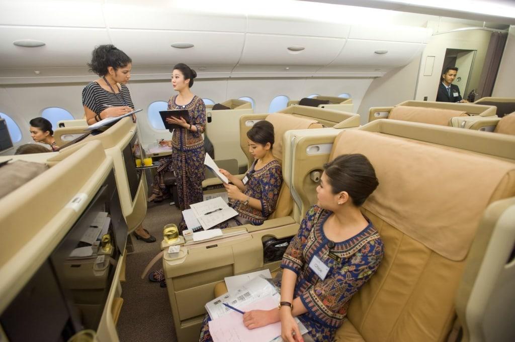 Flugbegleiterinnen von Singapore Airlines während einer Schulung im Flugzeug