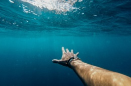 Arm eines Mannes Unterwasser
