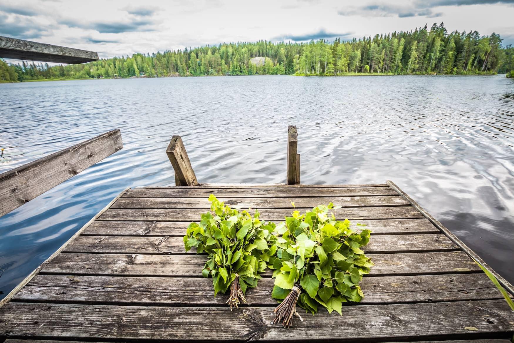 Steg an einem See in Finnland, in den die Finnen nach dem Saunagang springen