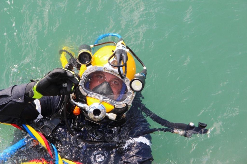 Mann mit Helm beim Diving
