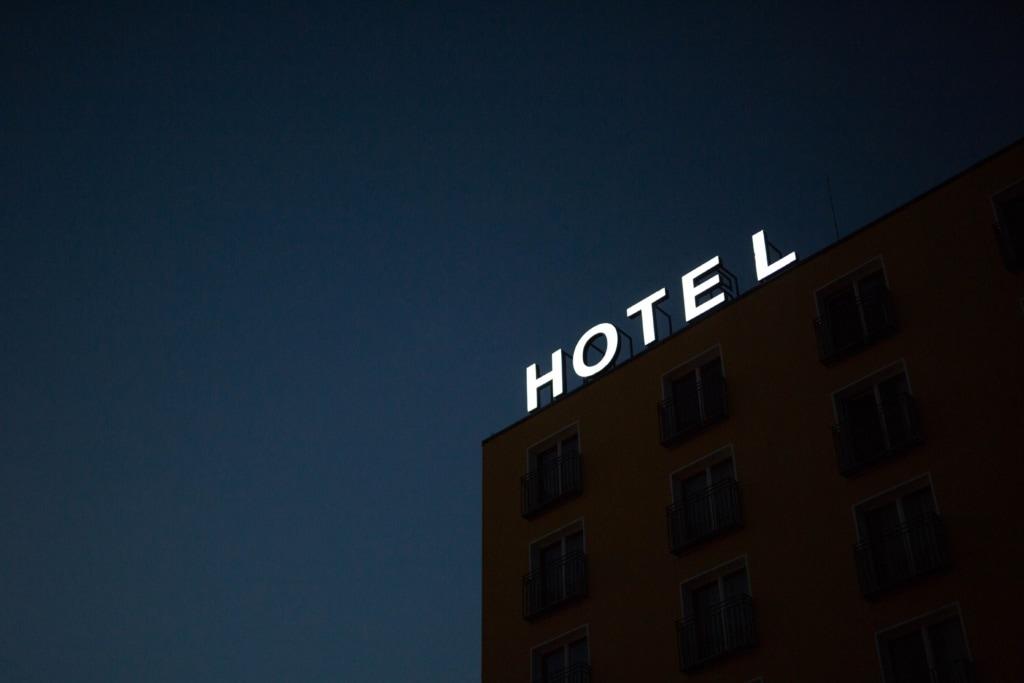 Hotelfassade mit Schriftzug von außen
