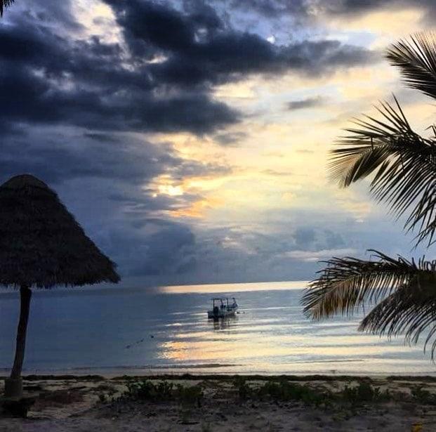 @martinunterwegs am schönen Strand am Indischen Ozean. Davor hat er Tansania in all seinen Facetten erlebt. #reportervorort #travelgram #passionpassport #instatravel #mytinyatlas
