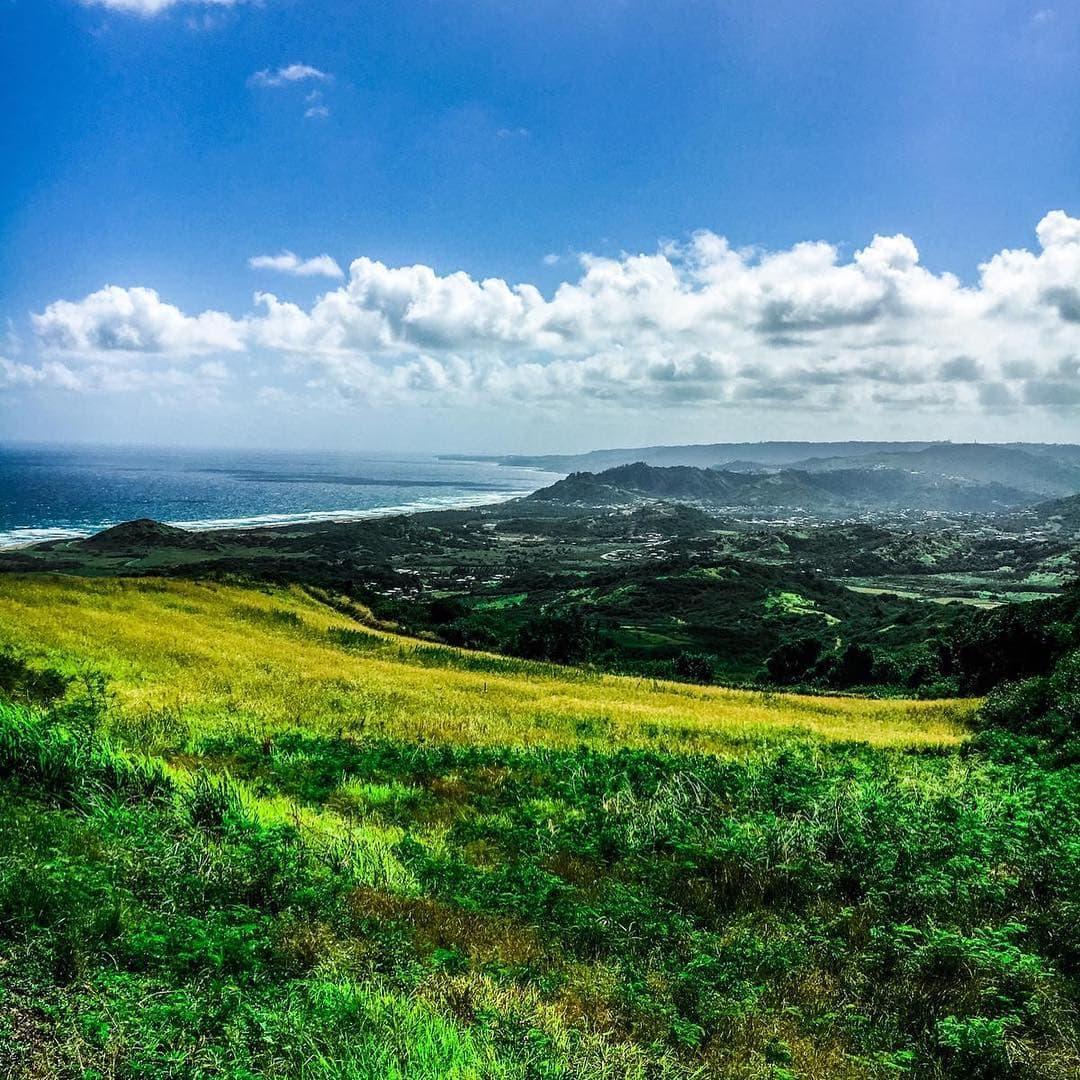 Oh #barbados – So schön ist der Blick vom Cherry Tree Hill auf die Atlantikküste. Reporter Frank @yourselfmales genießt die Aussicht und seine Zeit in der #karibik . #reportervorort #caribbean #travel #passionpassport #mytinyatlas #welivetoexplore