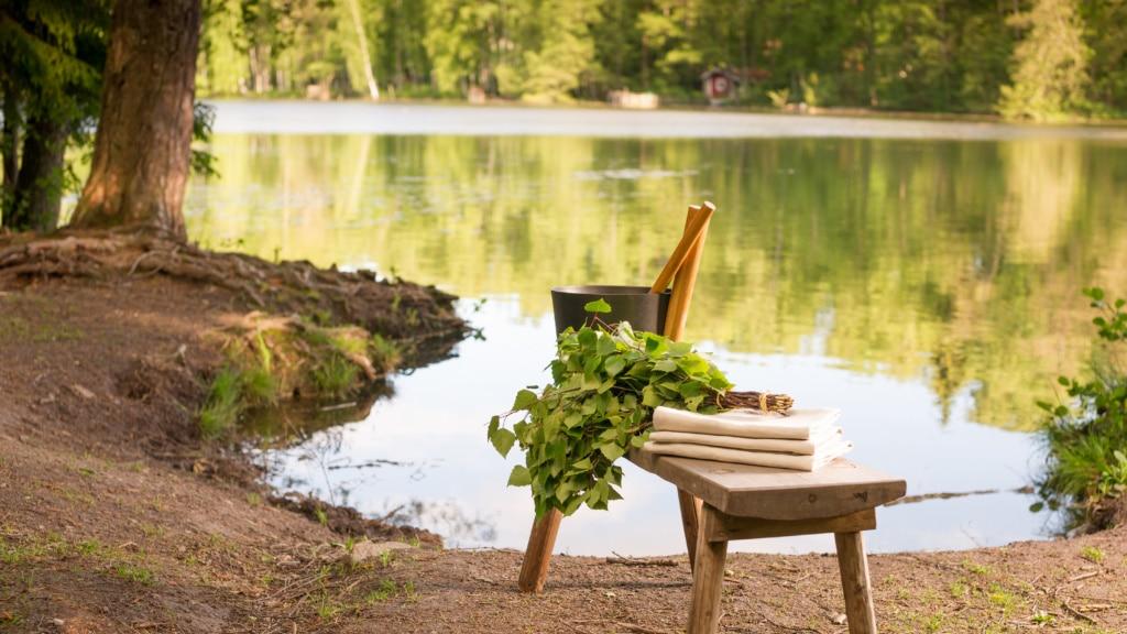Sauna-Zubehör auf Tisch vor einem See