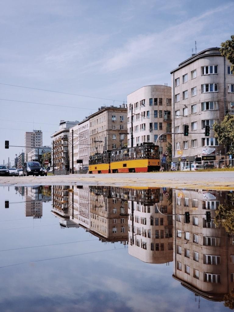 Tram fährst durch Stadtteil in Warschau, Polen