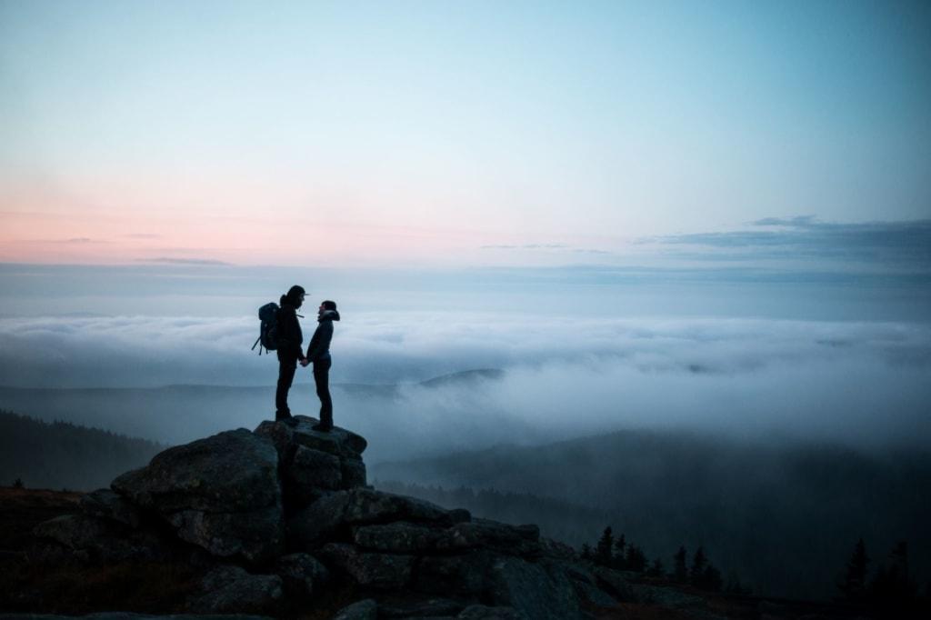 Paar am Abend auf einem Berg im Harz