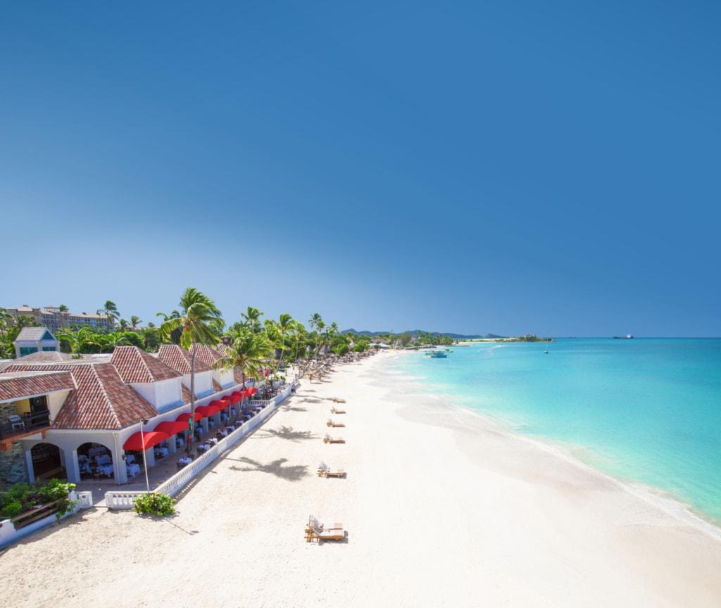 Vor dem Sandals Resort auf Antigua erstreckt sich ein Traumstrand der Superlative.
