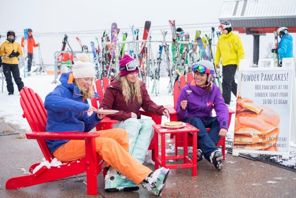 Skifahrerinnen beim Essen des Powder Pancakes in Aspen Snowmass