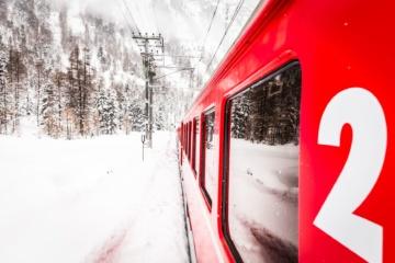 Bahn fährt durch Schneelandschaft