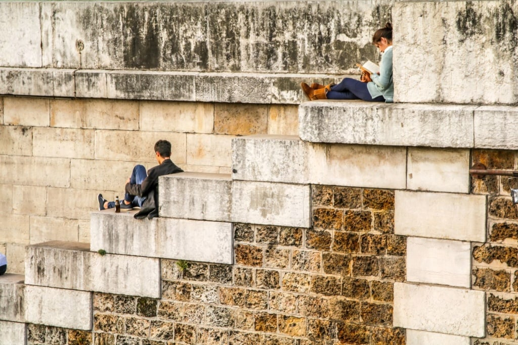 Besucher sitzend auf Treppen Notre-Dame Paris