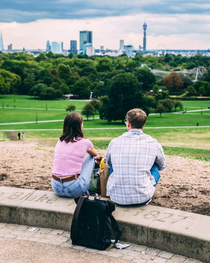 Pärchen auf dem Primrose Hill Hügel in London