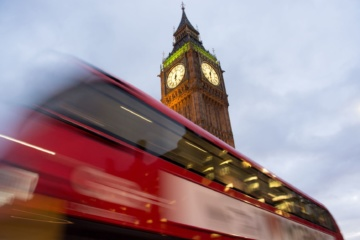 Doppeldecker Bus in London vor Big Ben