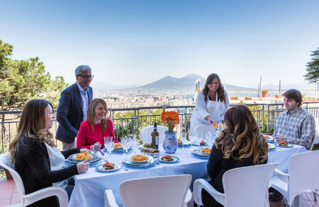Cesarina Emanuela mit Gästen auf ihrer Terrasses in Neapel