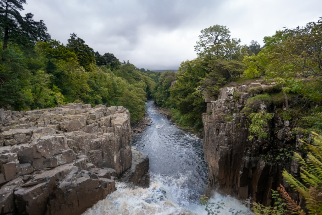 Bei High Force rauscht das Wasser entlang des Pennine Way, »England's Great Walk« am Wegesrand.