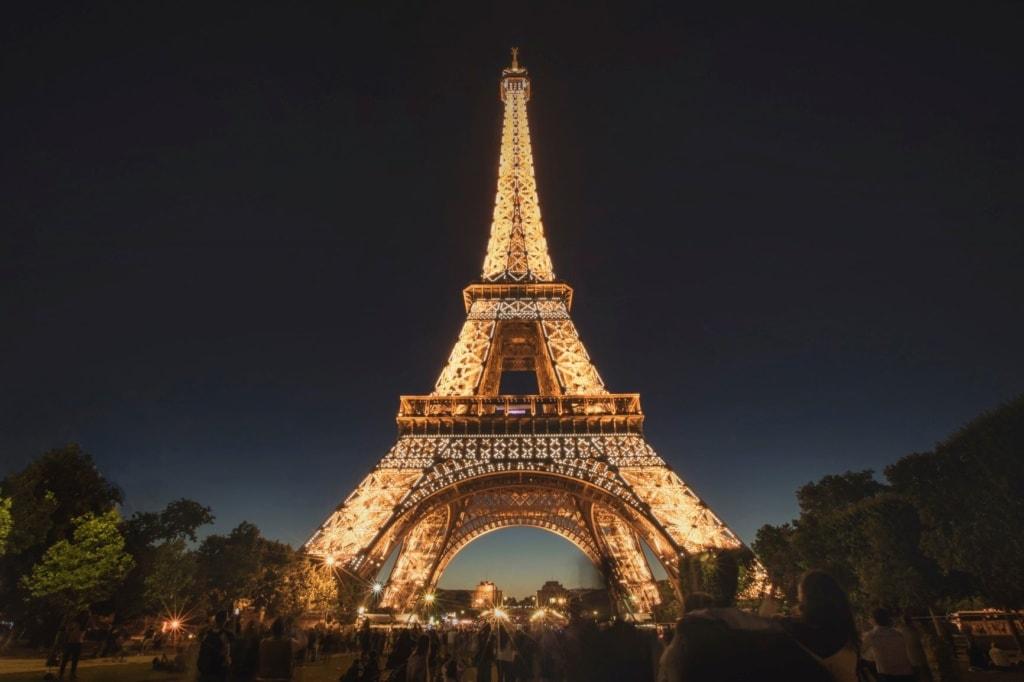 Eiffelturm nachts beleuchtet