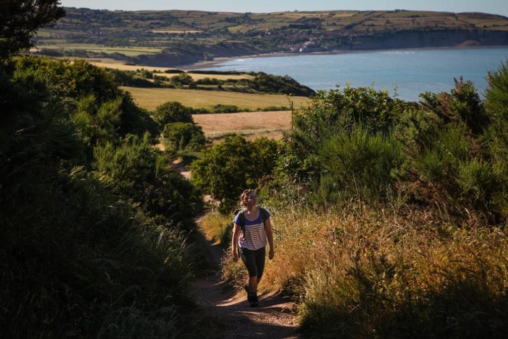 Frau wandert den Cleveland Way, einen der schönsten Wanderwege in England
