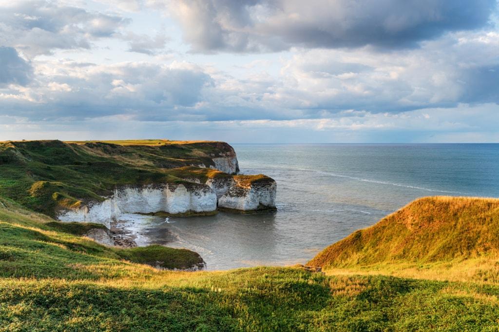 Kreidefelsen an der Selwick Bay am Flamborough Head an der Küste von North Yorkshire auf einem der Wanderwege in England