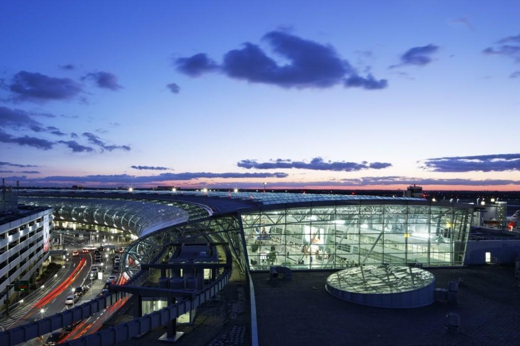 Terminal am Flughafen Düsseldorf in der Dämmerung