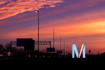 Anfahrt zum Flughafen München bei Sonnenuntergang