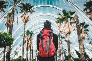 Frau in Valencia mit Rücken zur Kamera, trägt Rucksack