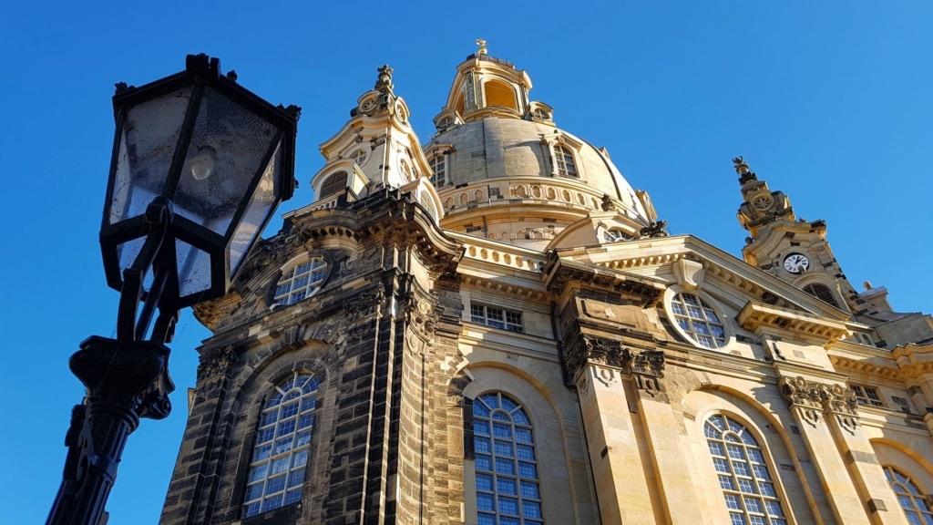 Frauenkirche in Dresden mit Straßenlaterne im Bild