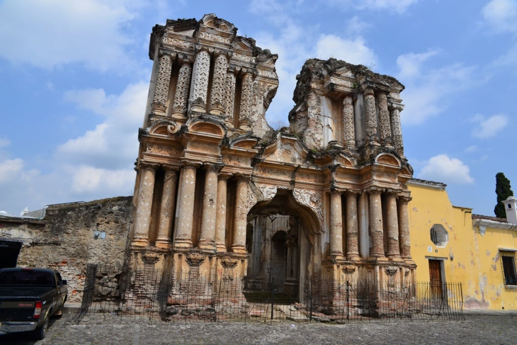 Heruntergekommenes, altes Gebäude in Antigua, Guatemala
