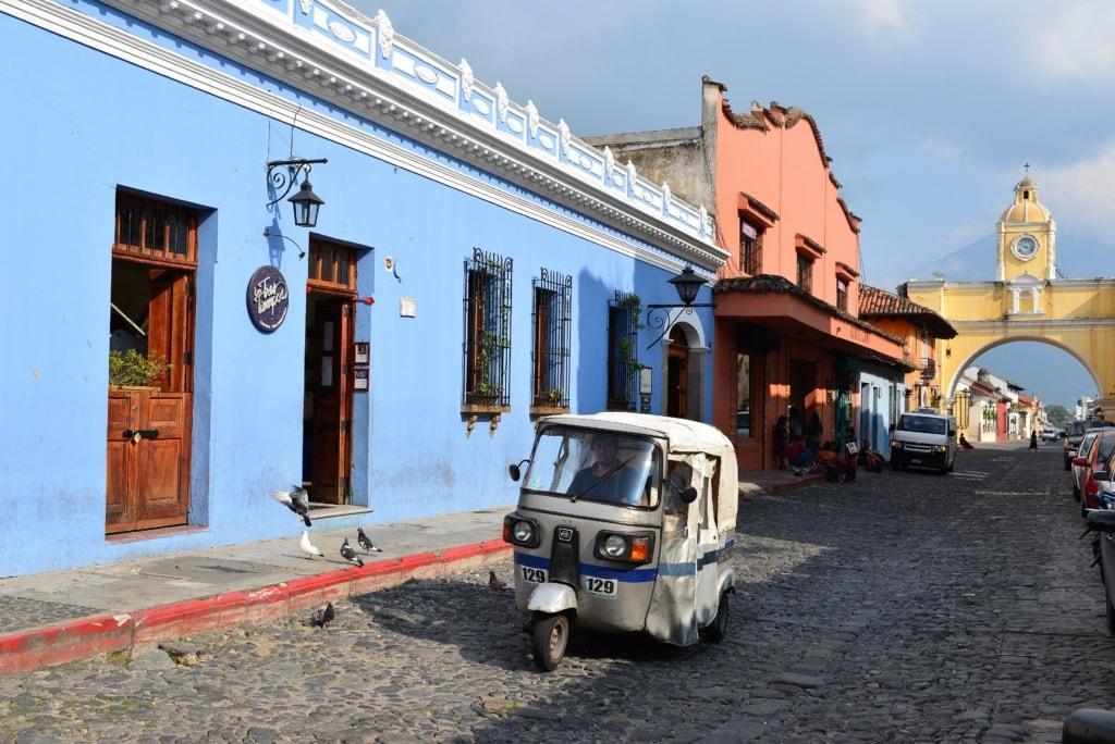 Tuktuk auf einer Straße in Antigua in Guatemala