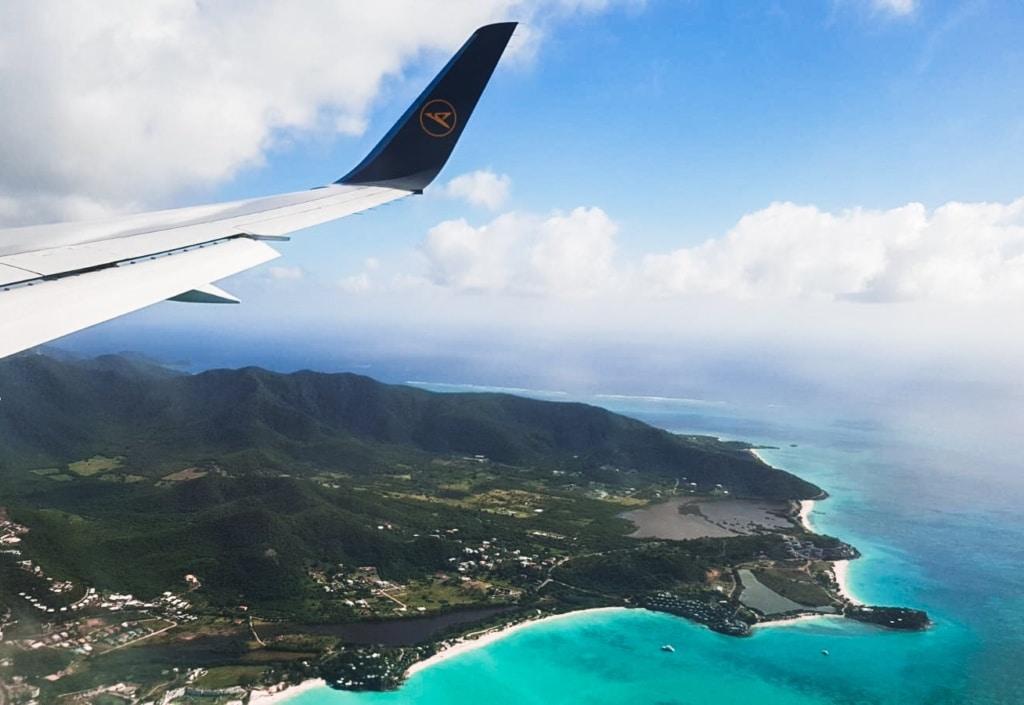 Condor-Flugzeug auf dem Anflug auf die Insel Antigua