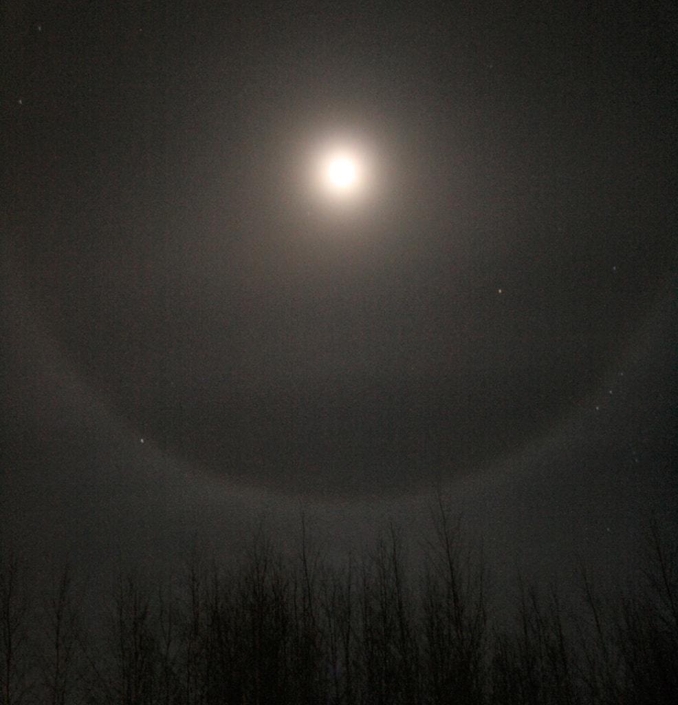 Wenn sich das Mondlicht in den Eiskristallen bricht, dann bildet sich ein Halo.