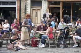 Gäste auf der Terrasse eines Pubs in London