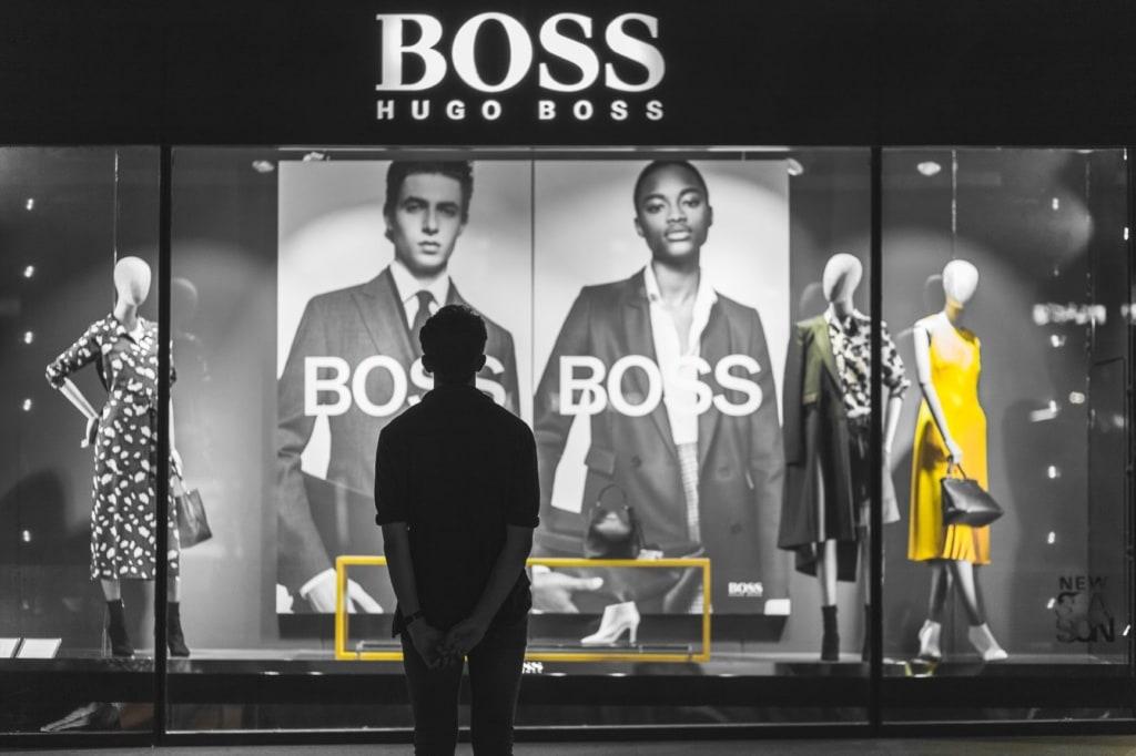 Paris Sehenswürdigkeiten: Luxus-Shops auf der champs elysées