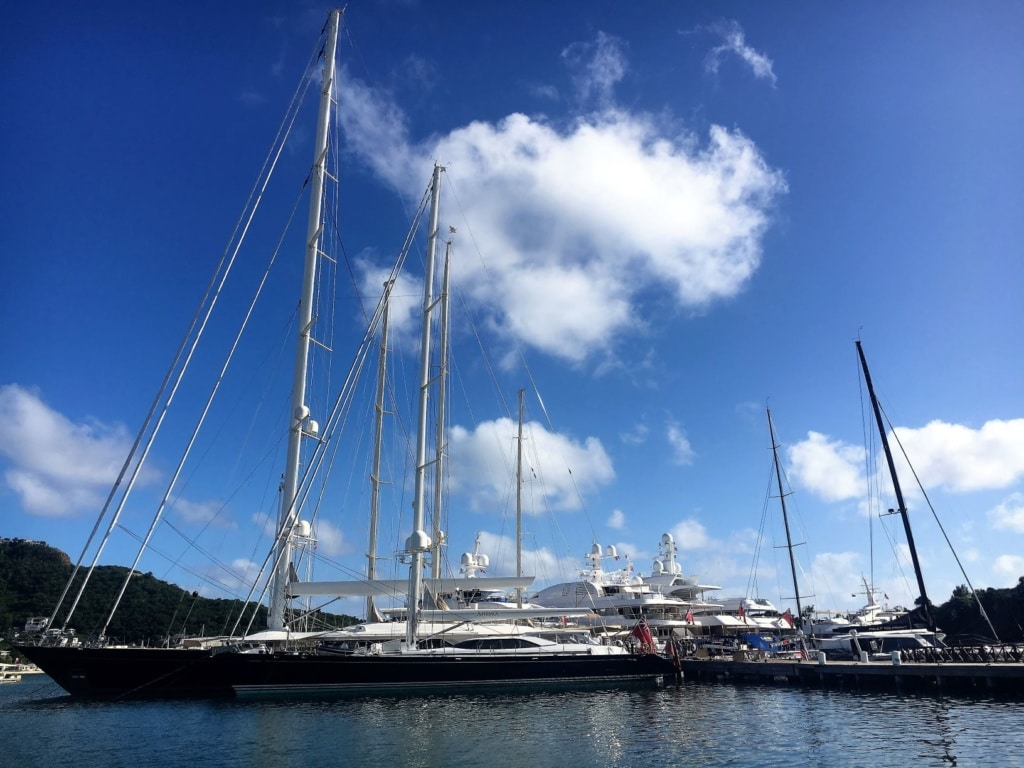Luxusyachten in Nelson's Dock Yard in Antigua