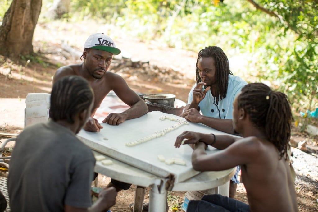 Männer in Antigua spielen Domino