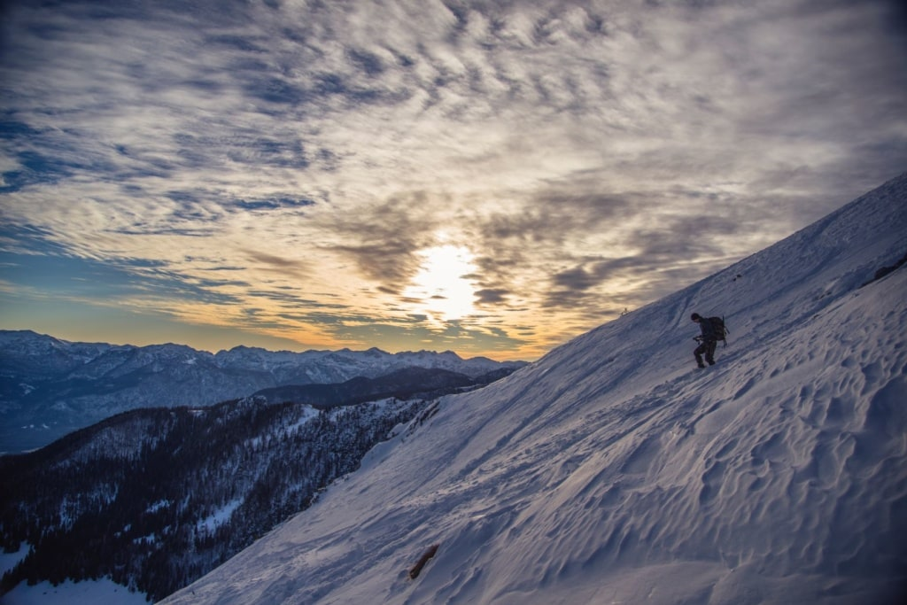 Mann im Skigebiet