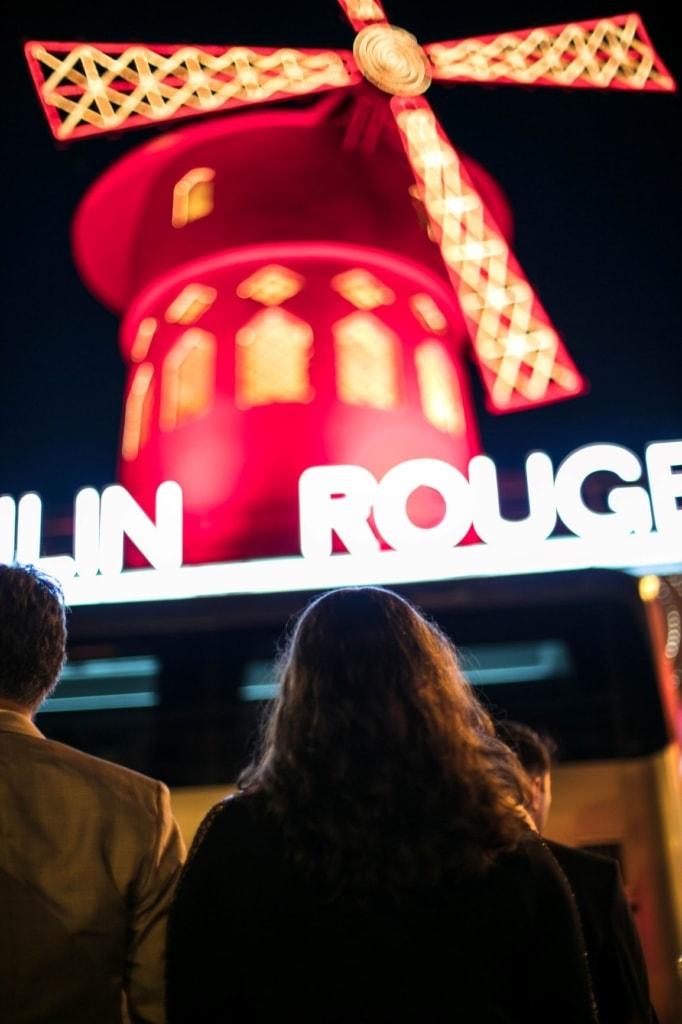 Mann und Frau vor Moulin Rouge Paris