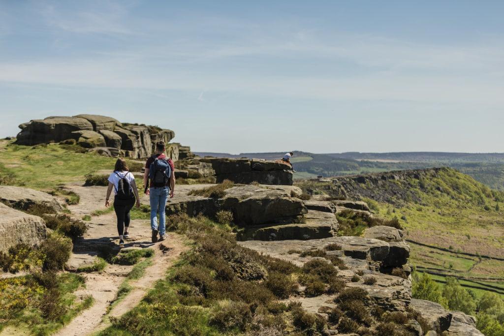 Menschen auf der Curber Edge auf einem der Wanderwege in England