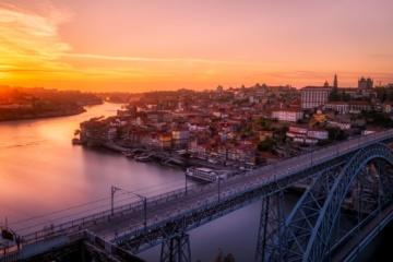Blick auf Porto mit Brücke bei Abenddämmerung