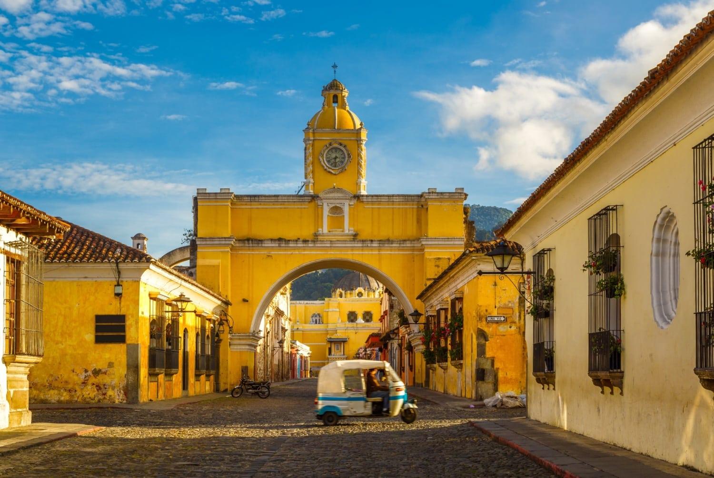 Tuk Tuk fährt durch die kleinen Gassen von Antigua in Guatemala