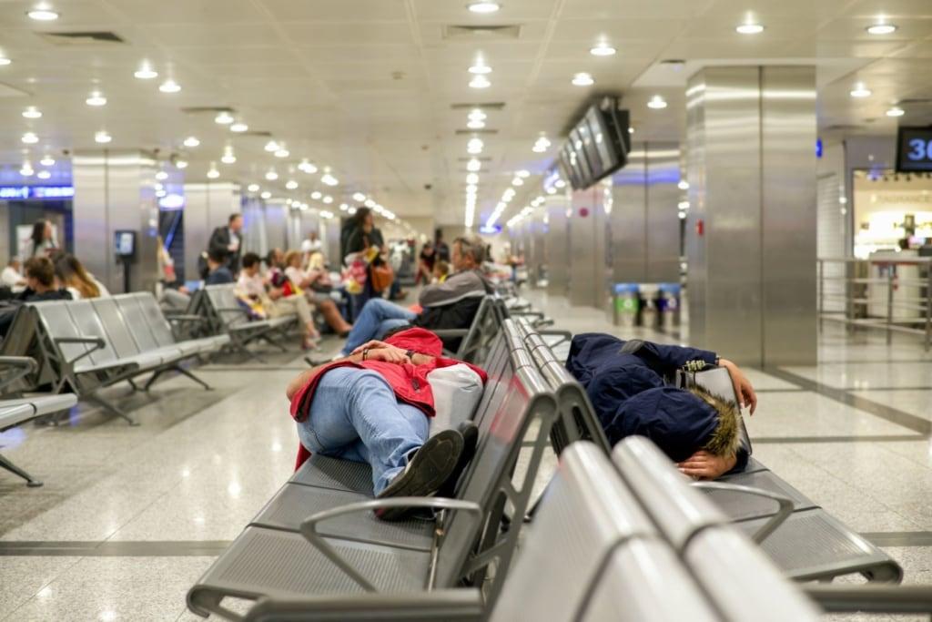 Schlafende Passagiere im Flughafen