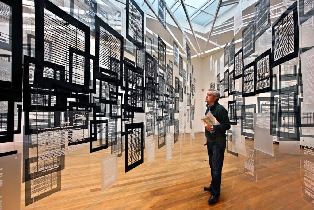 Besucher im Museu de Arte Contemporânea de Serralves in Porto