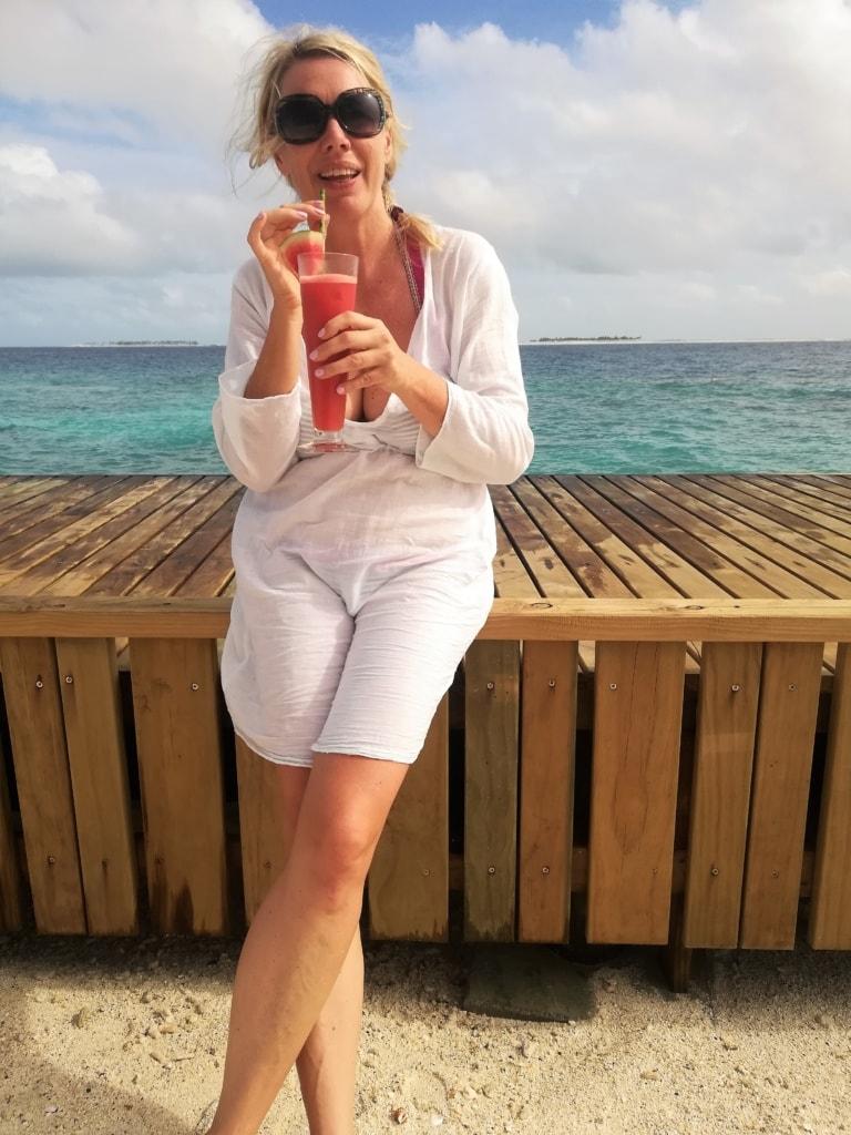 Susanne Wess mit Getränk in der Hand auf den Malediven