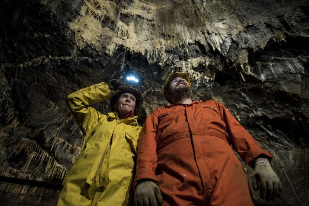 Zwei Besucher mit Stirnlampe in der Treak Cliff Cavern